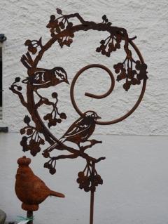 Vögel in rundem Stab mit Beeren