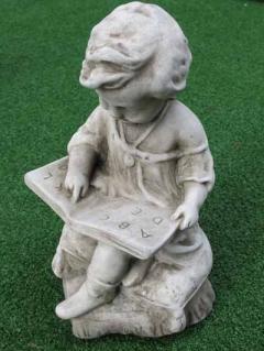 Lesender Knabe