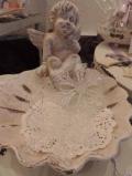 Engel auf Muschelschale