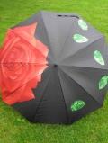 Schirm mit roter Rose