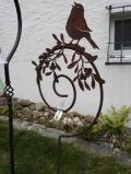 Singender Vogel auf Mistelstab
